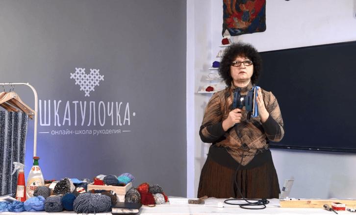Л. Лугова. Шарф, декорированный нитями